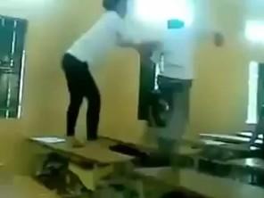 Nữ sinh đánh đập bạn trai túi bụi trong lớp học