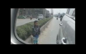 Cháu bé 4 tuổi bị mẹ bắt ra giữa đường ăn xin