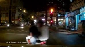 2 tên lưu manh cướp giật túi xách của 1 bạn gái bị người dân bắt sống