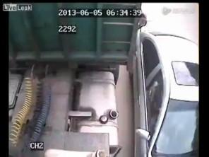 Trộm xăng của xe đậu bên lề đường