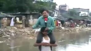 SHOCK: Phóng viên cưỡi cổ nạn nhân đưa tin về bão