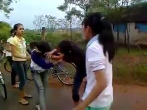 2 nữ sinh choảng nhau giữa đường