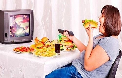 Những nguy hại khi trẻ vừa ăn vừa xem