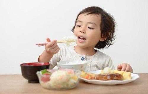 Những sai lầm mắc phải khi cho trẻ ăn
