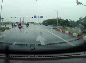 Xe máy lấn làn suýt bị ô tô tông