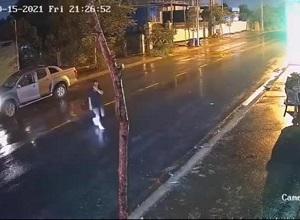Lái xe máy gặp họa kinh hoàng vì tài xế ô tô vi vu qua đường vừa nghe điện thoại