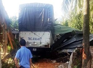 Xe tải mất lái lao thẳng vào nhà dân
