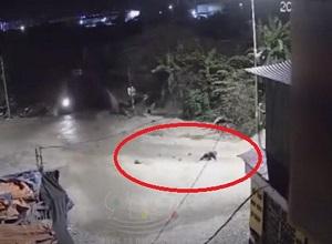Nam thanh niên nằm bất động sau khi lao vào ổ gà, ngã xuống đường
