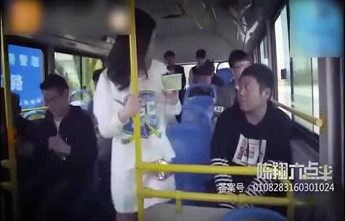 """Chàng trai """"thèm thuồng"""" khi ngồi cạnh gái xinh trên xe buýt"""