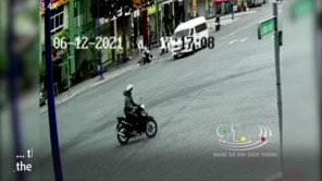 Phóng nhanh, 2 nam thanh niên đi xe máy tông ngang xe cứu thương
