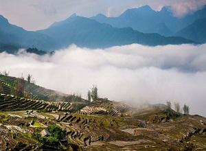 Cảnh săn mây ngoạn mục: Mây cuồn cuộn như thác nước đổ ngược