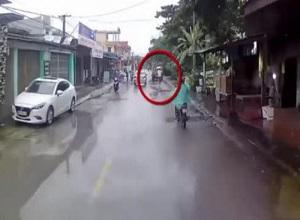 Tay cầm ô đạp xe vi vu trên phố, tài xế gặp họa tông xe tải