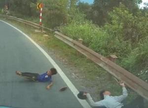 'Nhanh 1 phút' ô tô tông lái xe máy và bé trai ngã ngửa, 2 tài xế nhận mưa chỉ trích