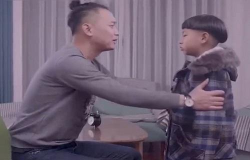 Ong bo bat luc khi day do dua con trai ngo nghich