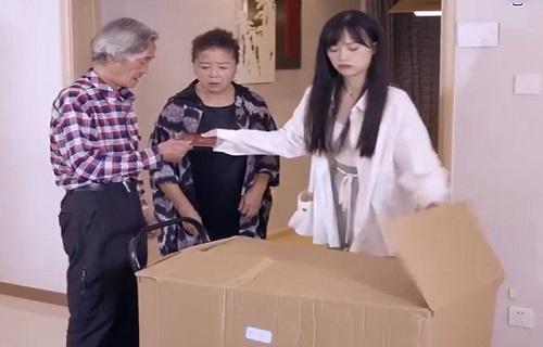 Khi gái xinh bức xúc mang 'hàng' trả về nơi sản xuất