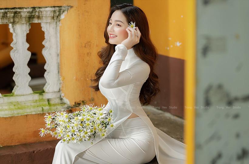 Thiếu nữ ĐẸP NHƯ TRĂNG trong tà áo dài trắng tinh khôi