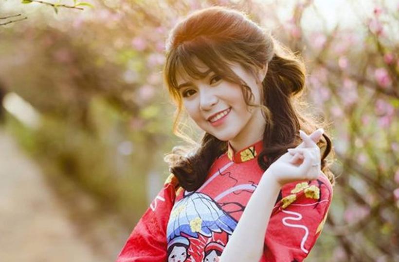 Thiếu nữ xúng xính diện áo dài đón Tết