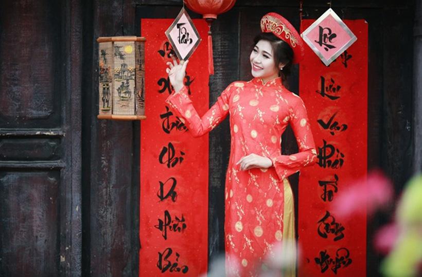 Thiếu nữ lộng lẫy trong trang phục áo dài chào đón mùa xuân