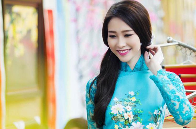 Người đẹp thướt tha áo dài đón xuân
