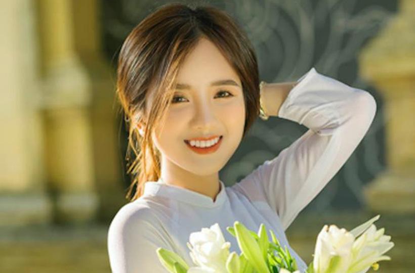 Thiếu nữ khoe vẻ đẹp trong veo cùng nụ cười tỏa nắng