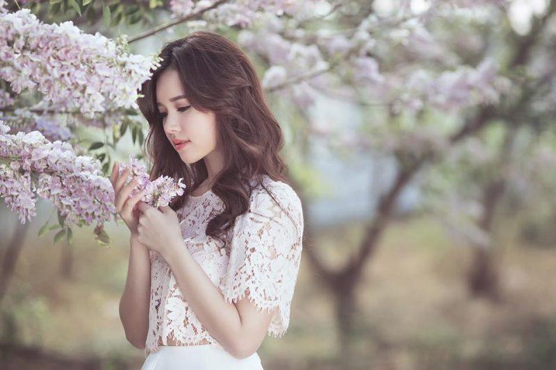 Thiếu nữ khoe vẻ dịu dàng bên hoa