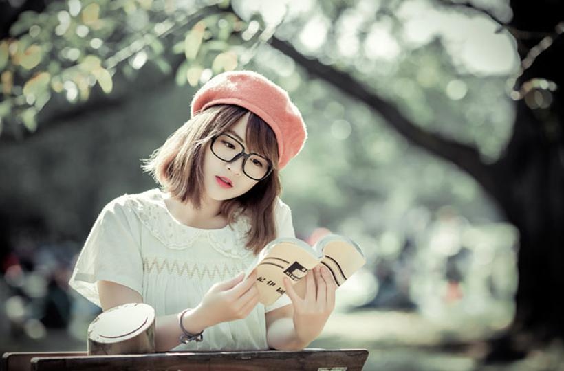 Cô gái ngọt ngào bên trang sách