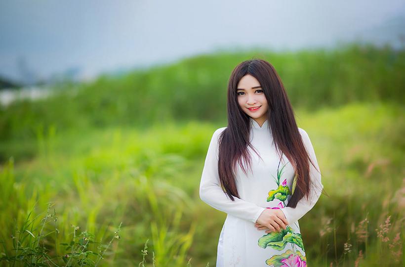 Cô gái khoe vẻ đẹp xuân thì trên cánh đồng