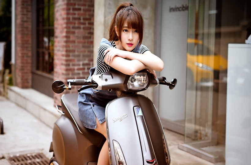 Nữ sinh đẹp ngọt ngào bên xe cổ