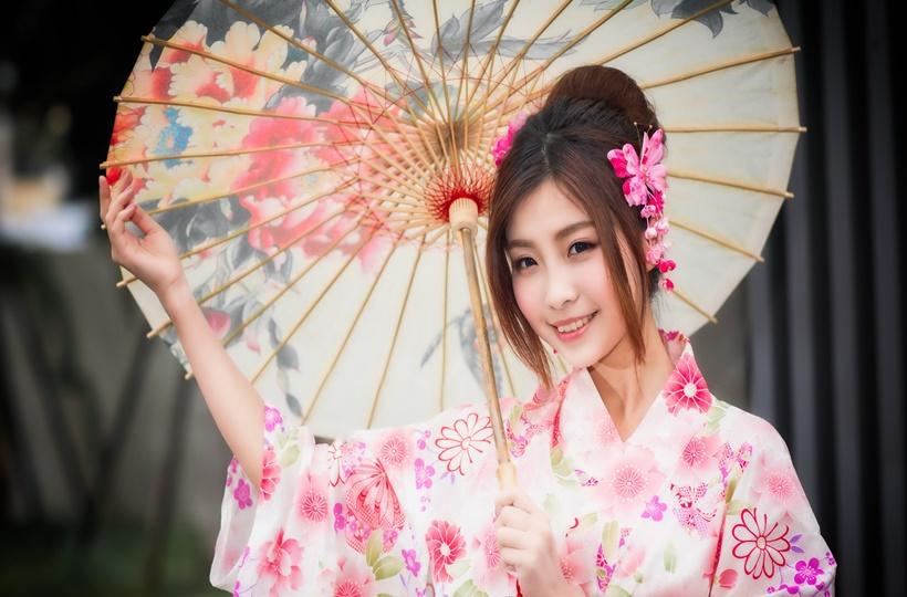 Cô gái cười rạng rỡ trong trang phục kimono