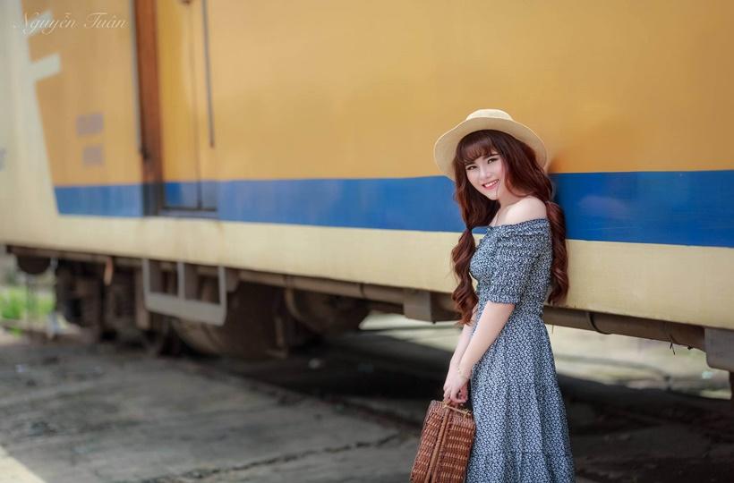 Nét dịu dàng của thiếu nữ bên xe lửa