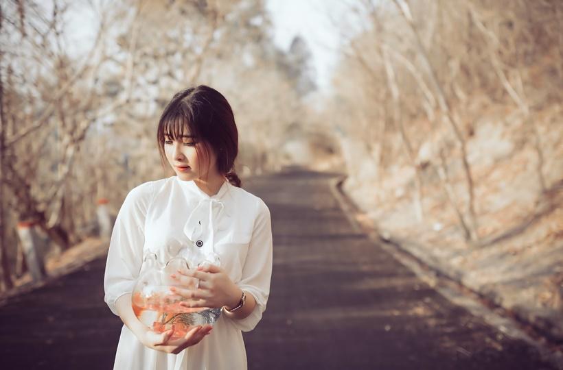 Thiếu nữ ôm bể cá giữa trời thu
