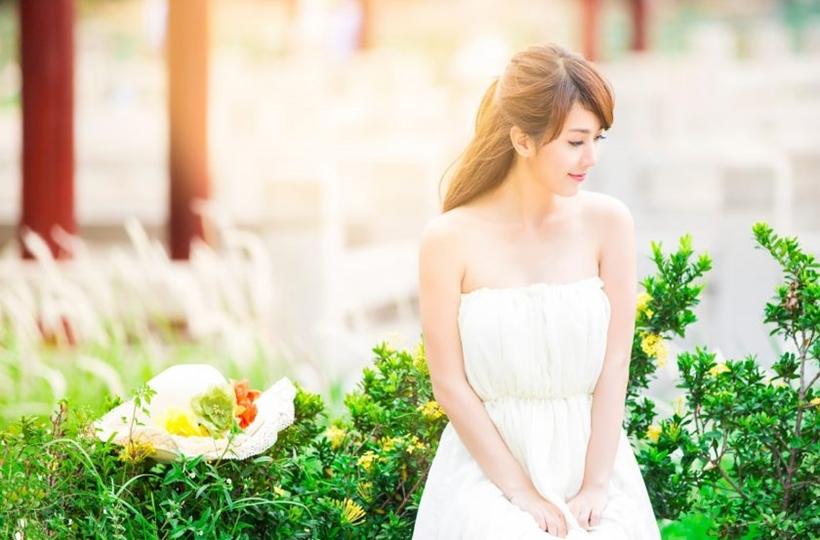Cô gái váy trắng dịu dàng trong nắng