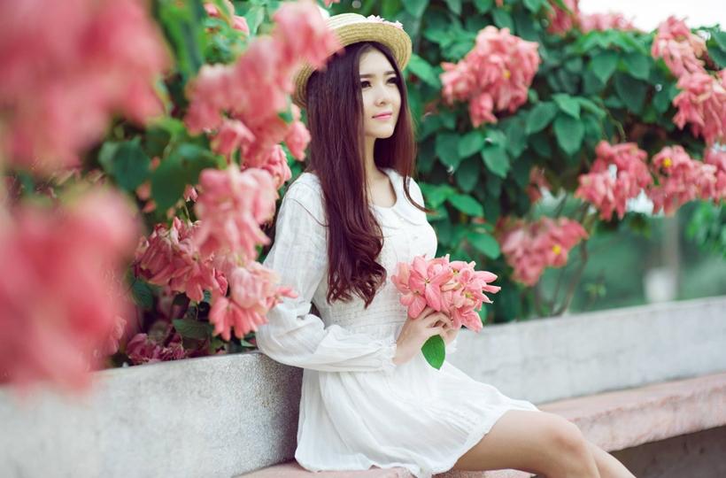 Mỹ nhân váy trắng đẹp mơ màng trong vườn hoa