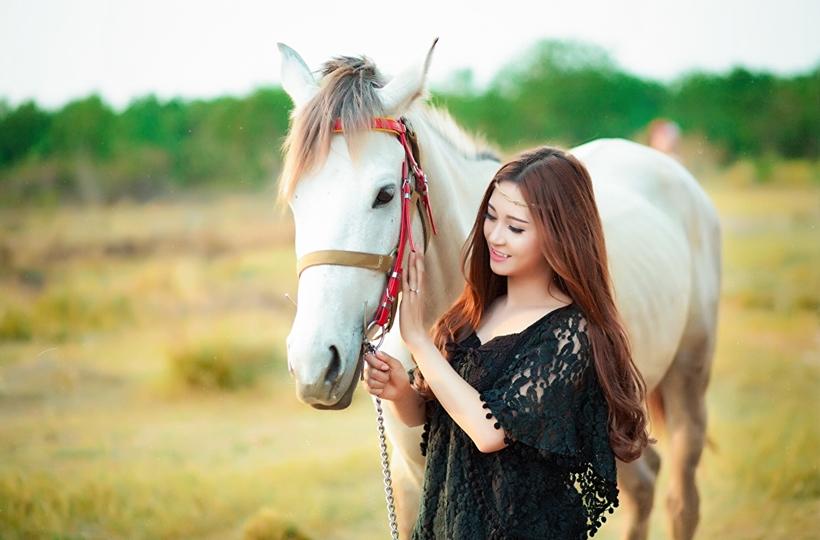 Người đẹp bên ngựa trắng