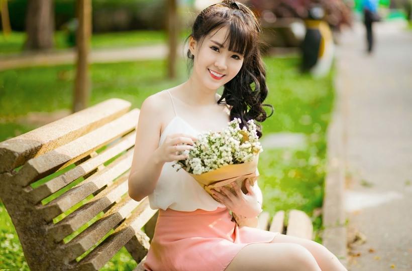 Girl xinh ngọt ngào và hoa baby