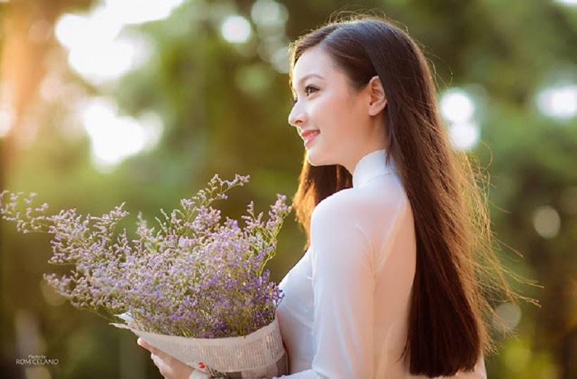 Hình ảnh nữ sinh đẹp với nét dịu dàng.