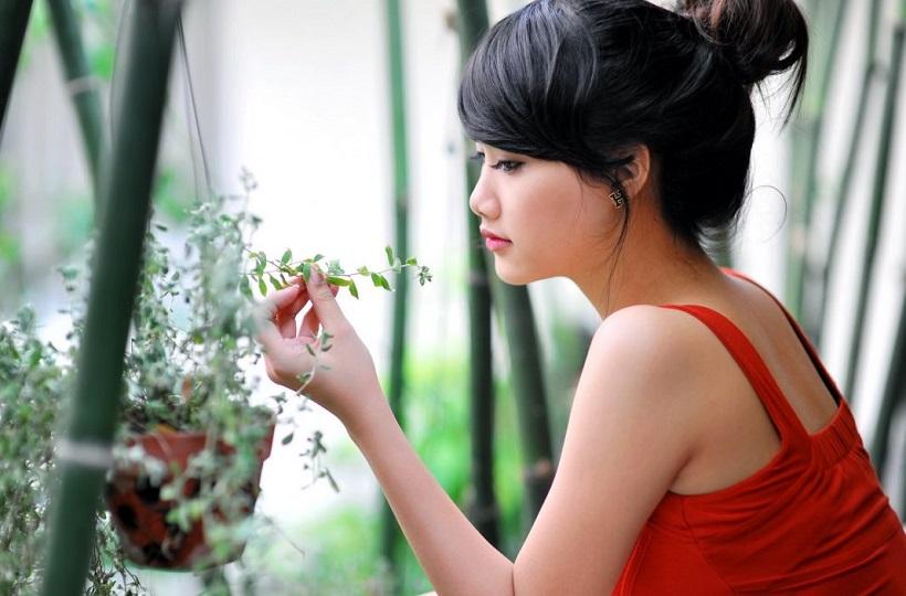 Hình ảnh cô gái đẹp có khuôn mặt buồn khi đang suy tư