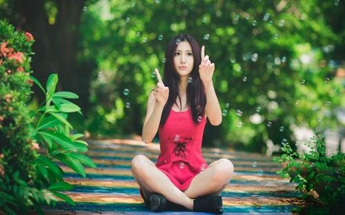 Người đẹp Á Châu xinh xắn dễ thương trong trang phục váy đỏ hồng.