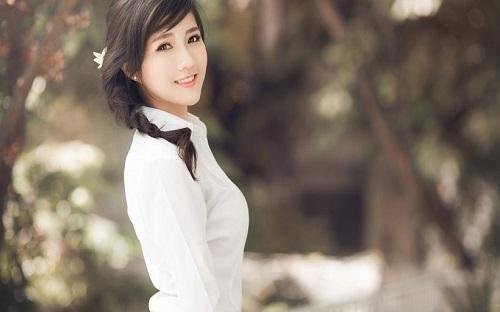 Người đẹp á đông xinh giản dị và hiền hòa.