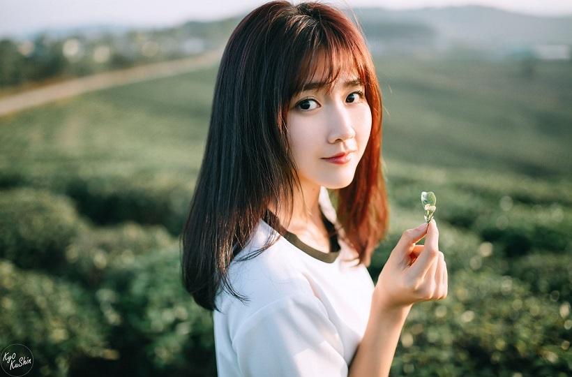 Vẻ đẹp ngây thơ trong trẻo của thiếu nữ giữa đồi